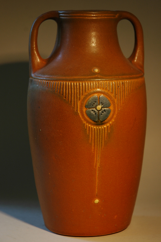 Gele vaas met sgraffito decoratie