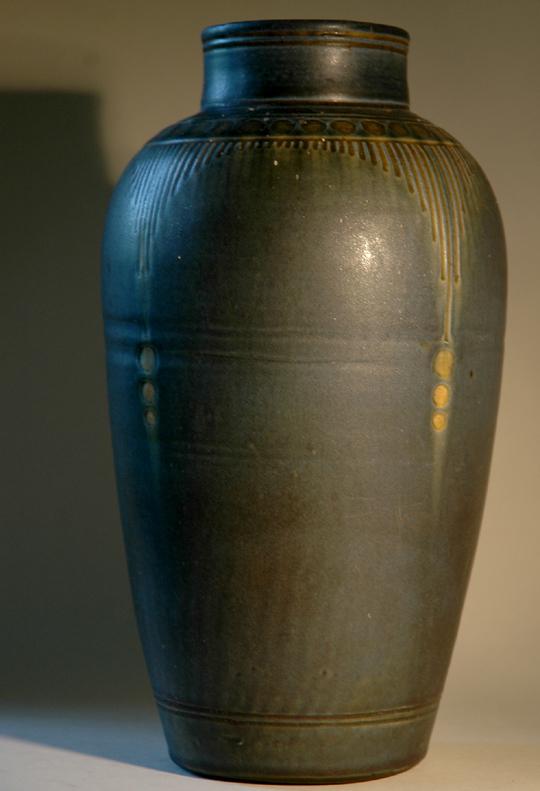 Blauwe vaas met sgraffito