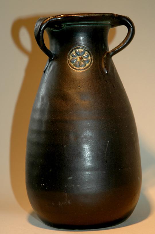 Vaas met drie oren en medaillon
