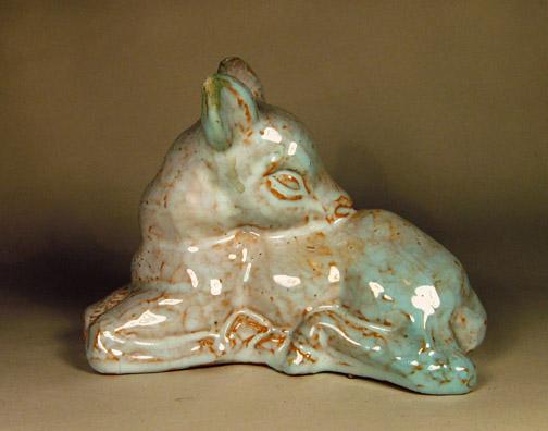 Plastiek van een liggend hert